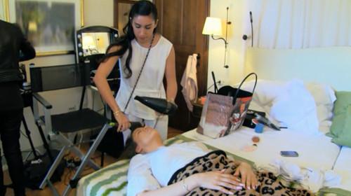 Khloe Kardashian sleeps while getting a blowout. Image courtesy E Online.